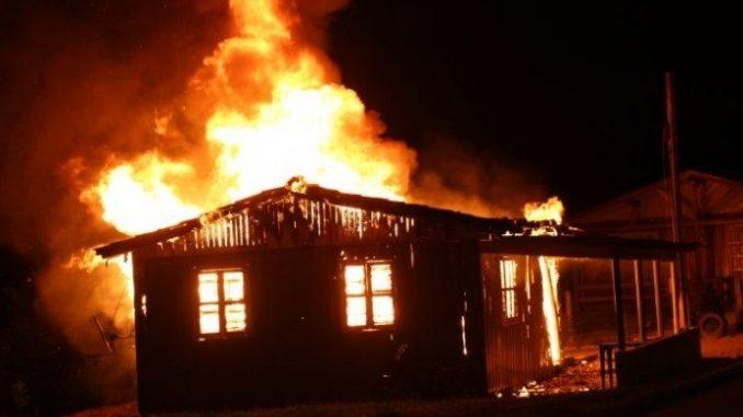 Homem coloca fogo na casa
