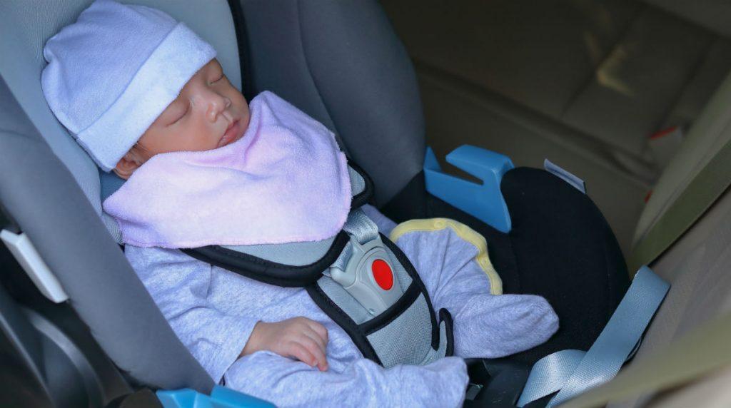 Pais esquecem recém-nascido dentro de táxi