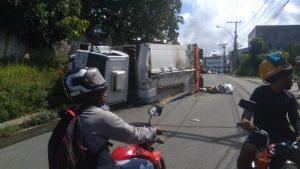 Caminhão de lixo tomba