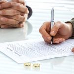 Marido falsifica assinatura da mulher