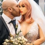 Fisiculturista se casa com boneca sexual