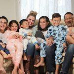 Casal adota 7 irmãos