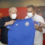 Lula recebe camisa genérica do Bahia